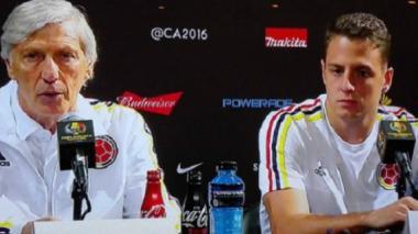 Santiago Arias junto a José Pékerman en rueda de prensa.