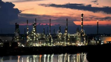 Vista nocturna de la refinería de Ecopetrol ubicada en Barrancabermeja.