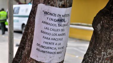 Panfleto pegado a un árbol que colinda con el colegio Jorge Nicolás Abello, en el barrio Los Andes.