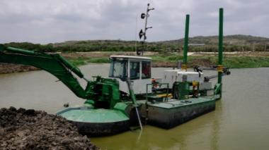 Una de las tres máquinas que son utilizadas para los trabajos de dragado.