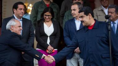 l presidente de Venezuela, Nicolás Maduro (d), junto al expresidente de Colombia y secretario general de la Unasur, Ernesto Samper (i).