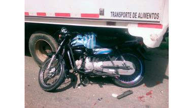 La motocicleta en la que se transportaba Samir Gómez Camargo debajo del bus.