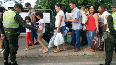 Ciudadanos venezolanos regresan luego de hacer compras  en Cúcuta en la pasada jornada de frontera abierta.