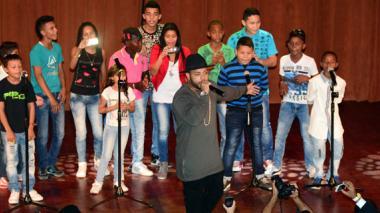 Niños de Las Gardenias y Kevin Flórez cantan  juntos en grado de 450 jóvenes afro e indígenas