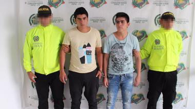Policía captura a dos jóvenes por presuntamente violar a una niña de 15 años