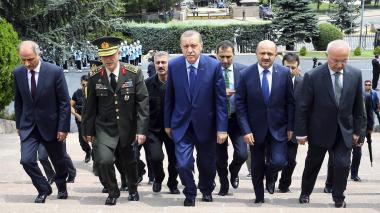 El presidente de Turquía, Tayyip Erdogan, junto al jefe de Estado Mayor, Hulusi Akar.