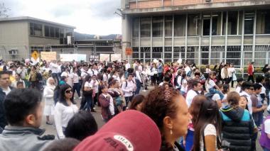 """Unas tres mil personas protestaron frente a Mineducación contra la  """"ideología de género"""""""