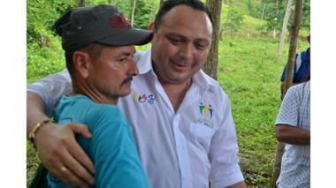 Así fue el abrazo por la paz alias el Manteco y el alcalde de Tierralta
