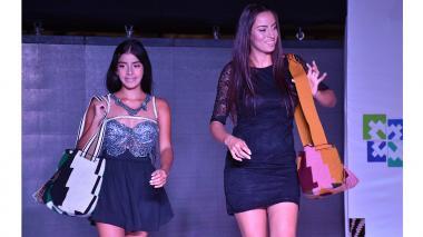 Modelos lucen las mochilas de la colección primavera – verano 2017 de las artesanas de Chorrera.