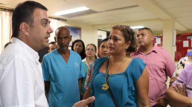El gobernador Edwin Besaile  habla con varios trabajadores del Hospital San Jerónimo.