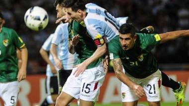 Jugadores de la selección boliviana en un partido contra Argentina.