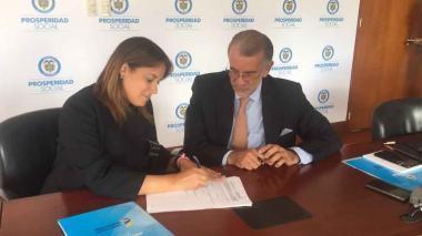 Verano y Orozco durante la firma del convenio.