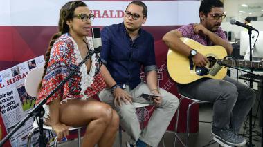 La cantante Maía junto a sus fans, el editor general del diario Iván Bernal, y el guitarrista de la barranquillera durante la entrevista en SesionesEH.