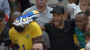 El capitán de la selección brasileña de voleibol celebra el oro con Neymar