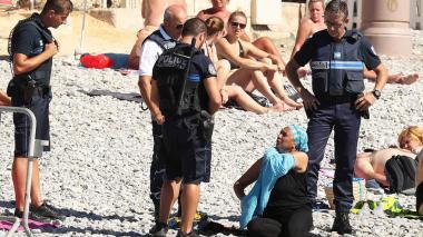 Policías obligan a mujer musulmana a desvestirse en una playa francesa
