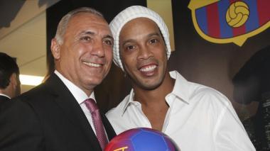 El exjugador del FC Barcelona, Ronaldinho Gaúcho (d), y el exjugador búlgaro, Hristo Stoichkov (i).