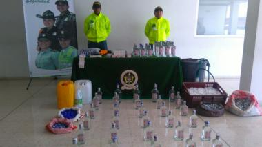 Botellas de licor y elementos incautados en el operativo.