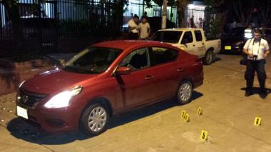 Policías observan el auto que Barros conducía.