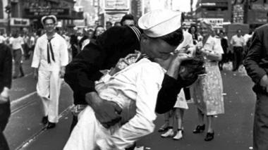 Muere la mujer que protagonizó icónico beso al final de la II Guerra Mundial