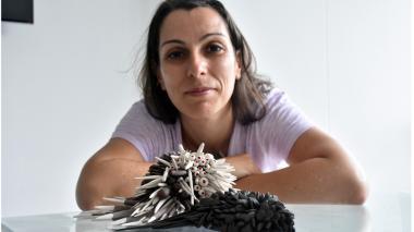 La artista brasilera Márcia Braga frente a dos de sus obras elaboradas en cerámica.