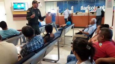 El mayor Gamboa entrega recomendaciones a clientes de la sede de Bancolombia en el Paseo Bolívar.