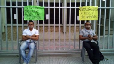 Dos estudiantes realizan huelga de hambre y se encadenan en la sede regional del Sena