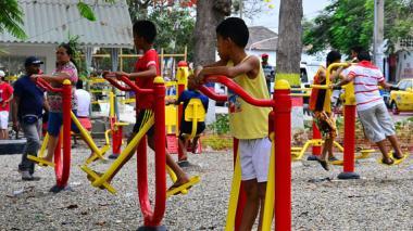 Niños y adultos hacen uso del parque Almendra.