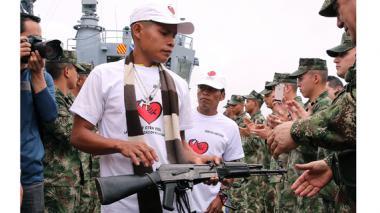 Miembros del Ejercito de Liberación Nacional (ELN) entregan su arma al Comandante General de las Fuerzas Militares Juan Pablo Rodríguez Barragán.
