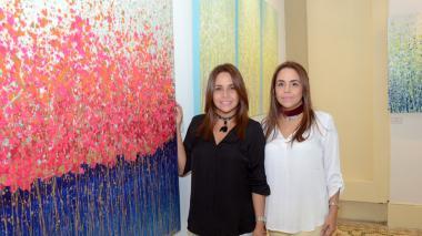 Hermanas pintan cuadros a dos manos