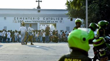 Momentos en que el féretro de la joven de 13 años era ingresado, la tarde de ayer, al cementerio Calancala, sobre los hombros de sus familiares y seres queridos. En la imagen se evidencia la presencia de varios uniformados de la Policía, quienes custodiaron el cortejo fúnebre.