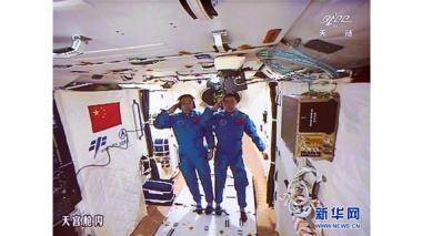 Los astronautas Jing Haipeng y Chen Dong, que participan de la misión espacial china.