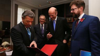 Santos recibe libro de la edición especial de su visita a Reino Unido