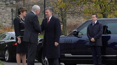 Santos es recibido en el aeropuerto de Irlanda del Norte por el Secretario de Estado, James Brokenshire