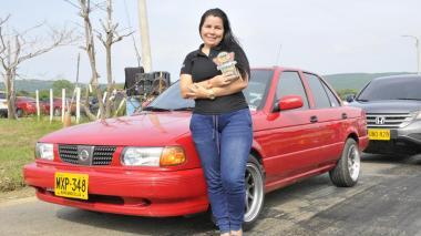 La piloto Luz Ener Daza con su Nissan Sentra.