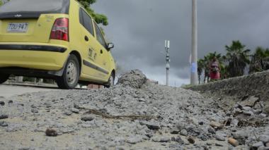 En la carrera 56 con calle 99 se encuentran montículos de cemento seco.