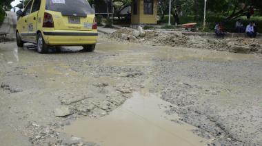 El agua queda estancada en los huecos de la vía.
