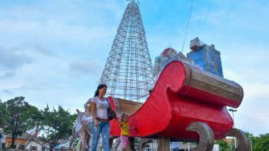 Sandra Márquez camina junto con su hija por el parque Olaya. Detrás se aprecia el árbol que están instalando.