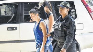 Lina González Rodríguez y Massiel González Páez cuando eran llevadas a audiencia.