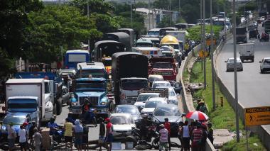 Caos vehicular en la Circunvalar por protestas en La Paz