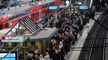 Cientos de personas esperan en la estación de tren de Hamburgo, tras la declaratoria de huelga de los pilotos de Lufthansa.