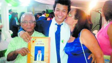 Fabián, celebrando grado con sus abuelos paternos.