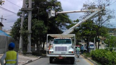 Operarios de Electricaribe realizan arreglos de redes en Barranquilla.