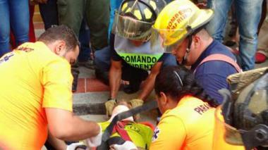 El trabajador es atendido por los socorristas del Cuerpo de Bomberos.