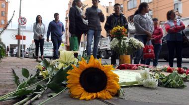 Un grupo de personas se reúnen frente al edificio donde vive el supuesto responsable de la muerte de la niña de siete años.