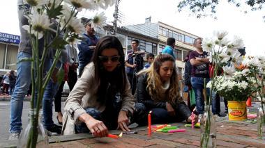 Un grupo de personas se reúnen frente al edificio donde vive el supuesto responsable de la muerte de la niña de 7 años.