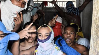 Un grupo de reclusos en el interior de las celdas de la Fiscalía de Cartagena.