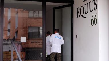 Peritos de la Sijín ingresan al edificio donde fue hallada sin vida la pequeña Yuliana Samboni.