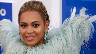La cantante Beyoncé recibió hoy nueve nominaciones para la quincuagésima novena edición de los premios Grammy y se convirtió así en la mujer con más candidaturas en la historia de los galardones que otorga la Academia de la Grabación de Estados Unidos, con 62.