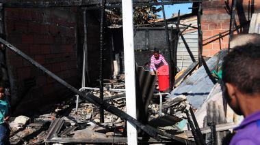 La casa en madera fue consumida por las llamas.
