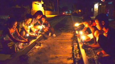 Niños samarios encendieron velas sobre rieles del tren